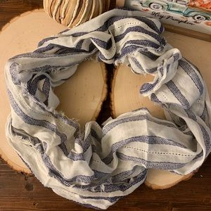 AMERICAN EAGLE BLUE/WHITE STRIPED INFINITY SCARF✨